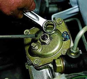 Проверка и регулировка зазора в зацеплении ролика с червяком на автомобиле ВАЗ 2101